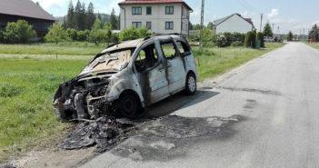 Wrak samochodu po pożarze