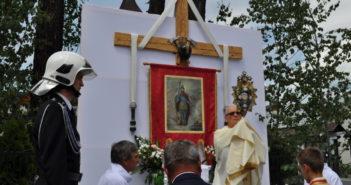 Ołtarz na trasie procesji Bożego Ciała w Nowej Białe przygotowany przez strażaków ochotników z OSP Nowa Biała