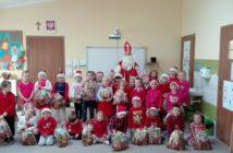 Święty Mikołaj pośród dzieci w szkole Podstawowej w Nowej Białej