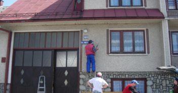 Pracownicy montują w Nowej Białej tablicę z nazwą ulicy Obłazowej