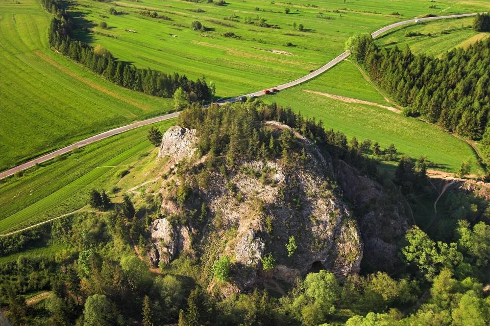 Rezerwat przyrody Przełom Białki pod Krempachami z lotu ptaka; widoczna rzeka Białka, Obłazowa Skała oraz Kramnica