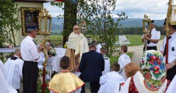 Wierni podczas procesji Bożego Ciała przy jednym z ołtarzu znajdującym się na trasie w Nowej Białej